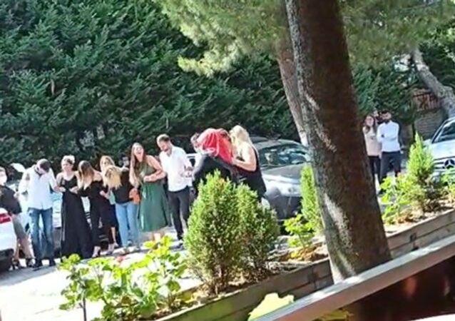 İstanbul Bahçelievler'de bir çiftin nikâhı sonrası evlendirme dairesi bahçesinde koronavirüs ve yeni düğün kurallarını ihlal eden görüntüler ortaya çıktı. Kimi maskeli, kimi maskesiz bir grup, halay çekti.
