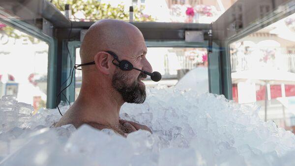 Üzerinde sadece mayoyla toplam ağırlığı 200 kiloyu geçen buz küplerinin içine gömülenAvusturyalıekstrem sporcu Josef Köberl, bu şekilde 2 saat 30 dakika 57 saniye kalmayı başardı. - Sputnik Türkiye