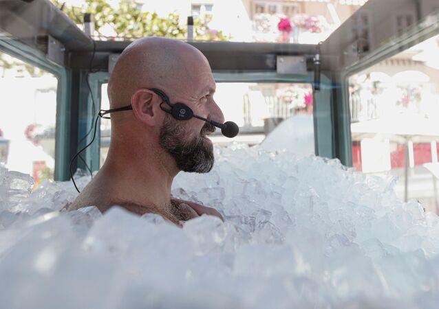 Üzerinde sadece mayoyla toplam ağırlığı 200 kiloyu geçen buz küplerinin içine gömülenAvusturyalıekstrem sporcu Josef Köberl, bu şekilde 2 saat 30 dakika 57 saniye kalmayı başardı.