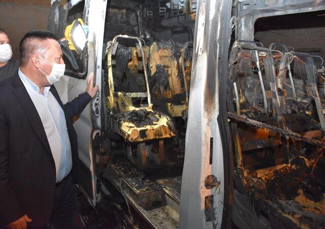 Diyarbakır'da park halindeki zabıta servis aracı yakıldı