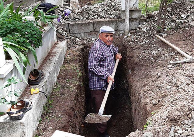 Balıkesir'in Bigadiç ilçesinde yaşayan 64 yaşındaki Halil Aykut 10 yıldır mezar yeri kazarak geçimini sağlıyor.