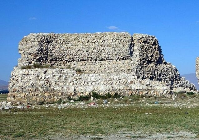 Van Gölü'nde sular çekilince tarihi kale ortaya çıktı