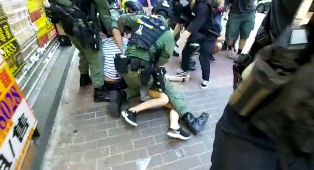 Çin'in Hong Kong Özel İdari Bölgesi'nde emniyet güçlerinin, Yasama Konseyi (Yasama Meclisi) seçimlerinin ertelenmesine karşı düzenlenen protestolar sırasında 12 yaşındaki bir kıza müdahalesi tepki topladı.