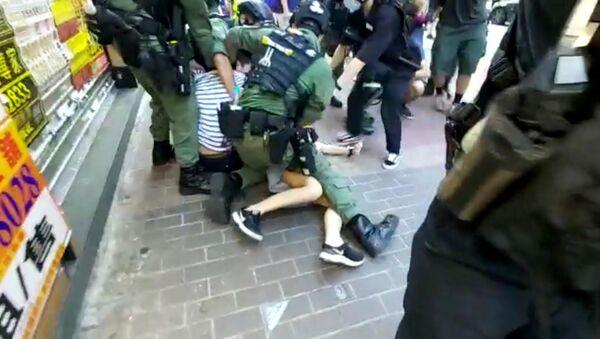 Çin'in Hong Kong Özel İdari Bölgesi'nde emniyet güçlerinin, Yasama Konseyi (Yasama Meclisi) seçimlerinin ertelenmesine karşı düzenlenen protestolar sırasında 12 yaşındaki bir kıza müdahalesi tepki topladı. - Sputnik Türkiye