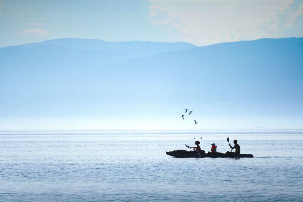 Baykal Gölü'nde kayık keyfini yapan turistler