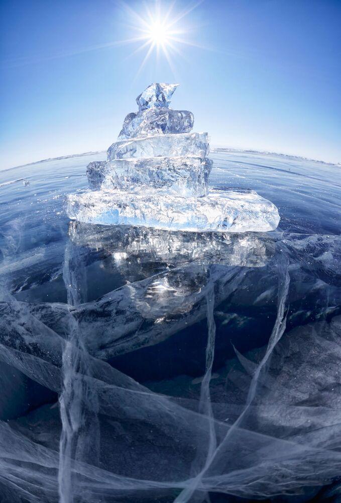 Baykal Gölü'ndeki buz o kadar temiz ve şeffaf ki, 40 metre derinliğe kadar her şey görelebiliyor.