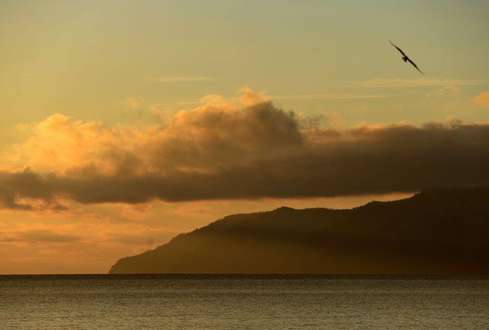 Baykal Gölü'nün günbatımı manzarası