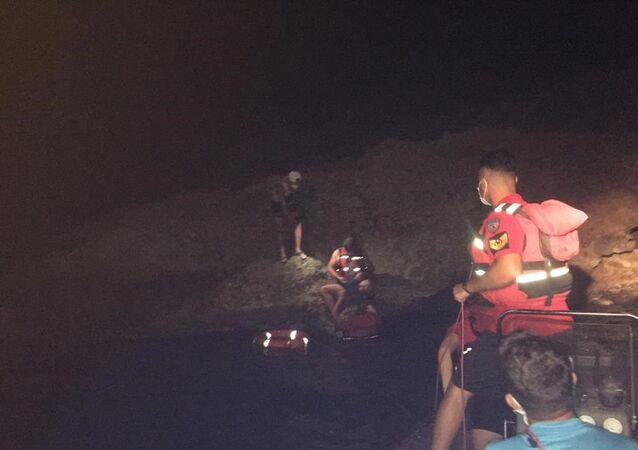 Muğla'da deniz kıyısında mahsur kalan tatilciler kurtarıldı
