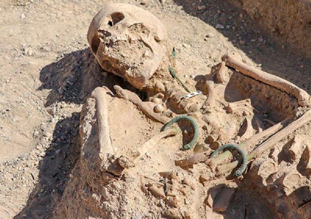 Van'da 'takı setiyle' gömülmüş Urartulu kadın mezarı bulundu