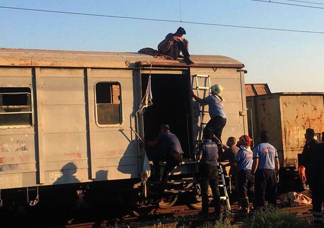 Vagon üzerinde selfie yaparken akıma kapıldılar