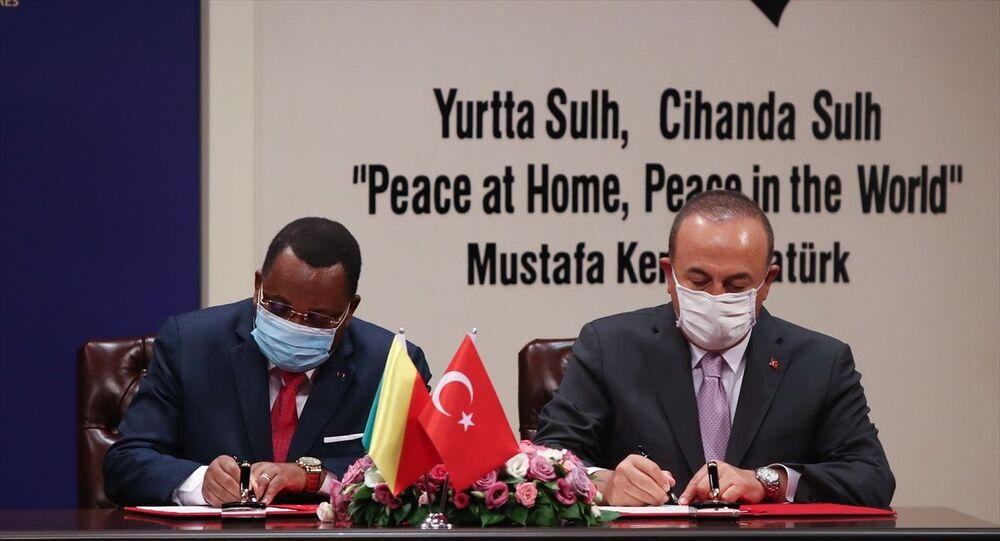 Dışişleri Bakanı Mevlüt Çavuşoğlu, resmi ziyaret amacıyla Ankara'da bulunan Kongo Cumhuriyeti Dışişleri Bakanı Jean-Claude Gakosso ile bir araya geldi.