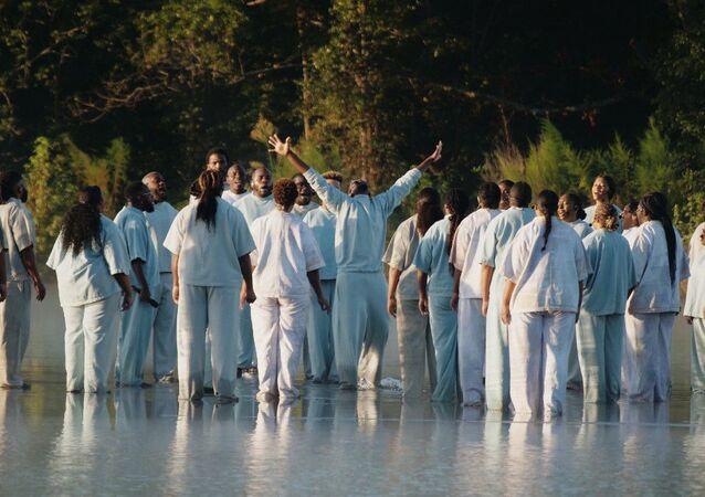 Kanye West, Atlanta'da düzenlediği pazar ayini konserinde 'İsa peygamberin gölün üstünde yürüme mucizesine' atıfla bir numara gerçekleştirdi.