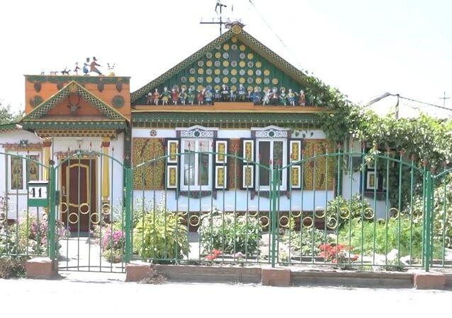 Kazakistan'da masal kahramanlarının figürleriyle süslenmiş ev görenleri büyülüyor