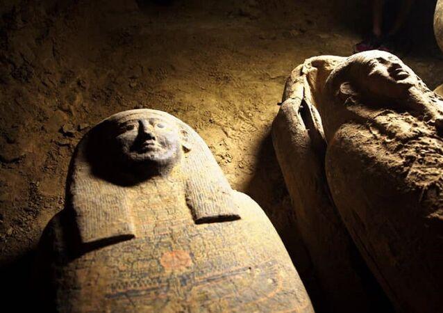 Mısır'da arkeologlar, 2 bin 500 yıllık olduğu belirtilen 13 tahta tabutun bulunduğunu açıkladı. Mısır Turizm ve Eski Eserler Bakanlığı, tabutların 11 metre derinlikte bulunduğunu açıkladı.