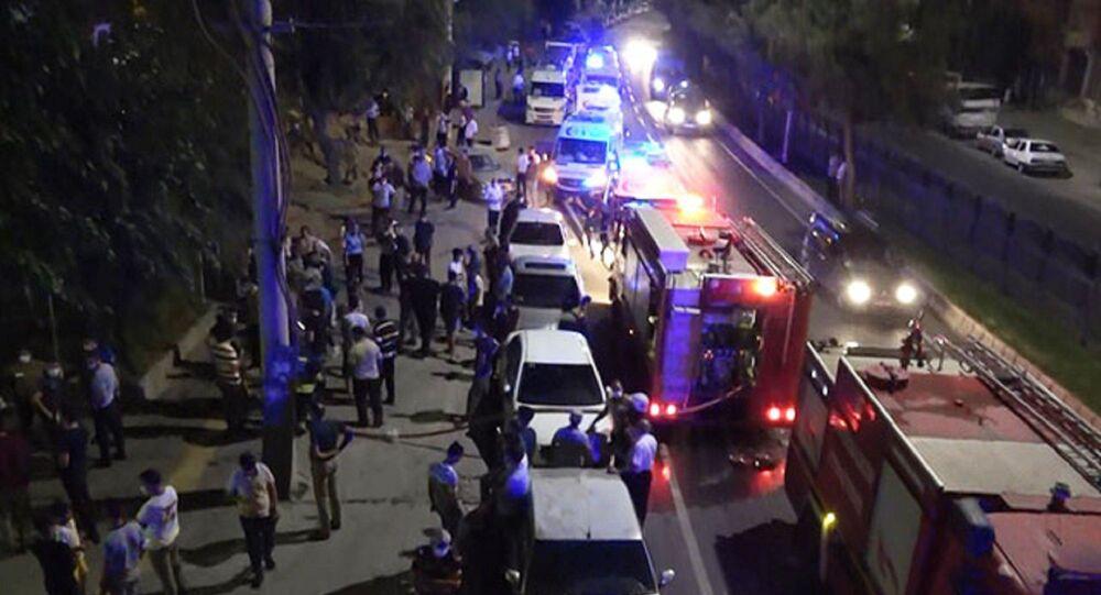 Diyarbakır'da, koronavirüs tanısı konulan anneleriyle temaslı oldukları için karantinaya alınan kardeşler, iddiaya göre kaldıkları evi ateşe verdi. Aile fertleri, çıkan yangını haberleştirmek isteyen gazetecilere bıçak ve yumrukla saldırdı. İki gazeteci yaralanırken, saldırganlar gözaltına alındı.