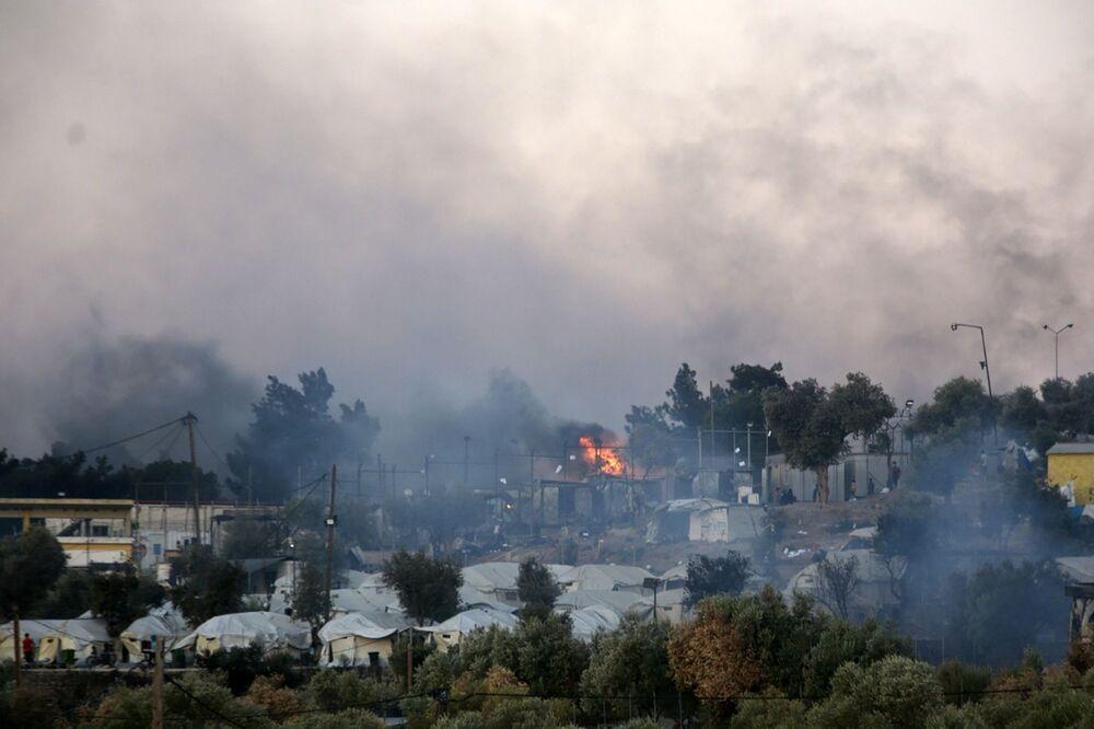 Bölgeye çok sayıda polis ve itfaiye ekibi sevk edilirken, yangında ilk belirlemelere göre, ölen ya da yaralanan olmadığı kaydedildi.