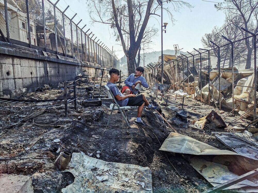 Kapasitesi 2 bin 800 olan ancak 12 bin 600 kişiye ev sahipliği yapan kampta çıkan yangının nedeni henüz bilinmiyor.