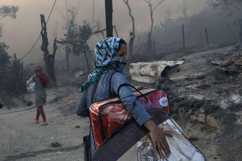 Yetkiler, sığınmacıların güvenli yerlere sevk edildiğini belirtirken, bazı sığınmacıların ise Midilli kent merkezine doğru yürüdüğünü dile getirdi.