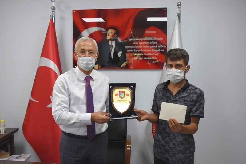Taksici Murat Yavuz koltukta unutulan 1 milyon 250 bin TL değerindeki altını geri verdi