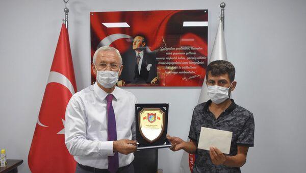 Taksici Murat Yavuz koltukta unutulan 1 milyon 250 bin TL değerindeki altını geri verdi - Sputnik Türkiye