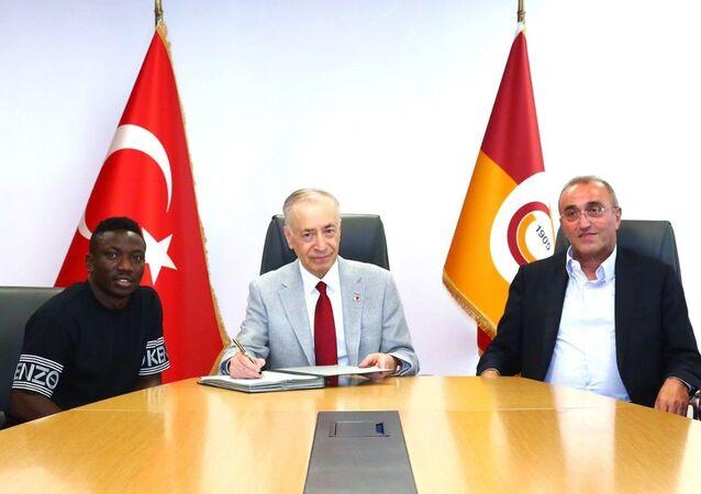Galatasaray Başkanı Mustafa Cengiz, yeni transferleri Nijeryalı futbolcu Oghenekaro Etebo