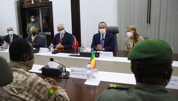 Dışişleri Bakanı Mevlüt Çavuşoğlu, resmi temaslarda bulunmak üzere geldiği Mali'de Halkın Selameti için Ulusal Konsey (CNSP) üyeleri ile görüşme gerçekleştirdi. - Sputnik Türkiye