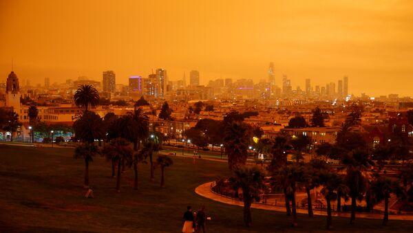 Kaliforniya'daki yangınlar nedeniyle San Francisco'da gökyüzü turuncuya büründü - Sputnik Türkiye