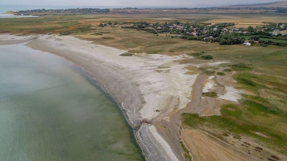 Küresel iklim değişikliğinin Van Gölü başta olmak üzere tüm gölleri etkilediğini vurgulayan Alaeddinoğlu, Düşen yağış miktarında ciddi bir farklılık yok. Yağışın şeklinde, mevsimler arasındaki geçişkenliğinde, yıl içerisindeki dağılımında ciddi farklılaşmalar var. Aslında temel sorun yağışın düşmesiyle ilgili değil. Van Gölü`ndeki çekilmenin temel nedeni yağıştaki azlık değil, buharlaşmadaki fazlalık diye konuştu.