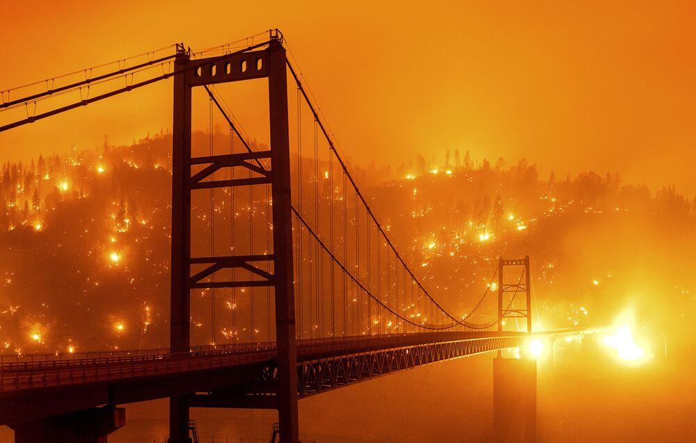 ABD'nin Kaliforniya eyaletinde farklı bölgelerde devam eden yangınlar 144 bin dönüm araziyi kül ederken, San Francisco kentinde gökyüzünün rengini turuncuya çevirdi.