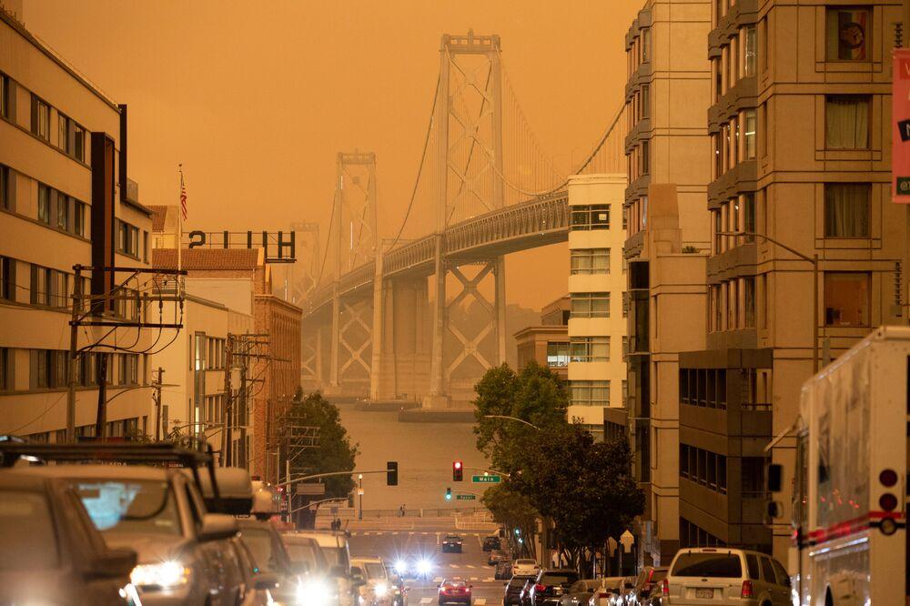 Eyalet genelinde devam eden yangınların ardından San Francisco kentinde  gökyüzü turuncu renge büründü