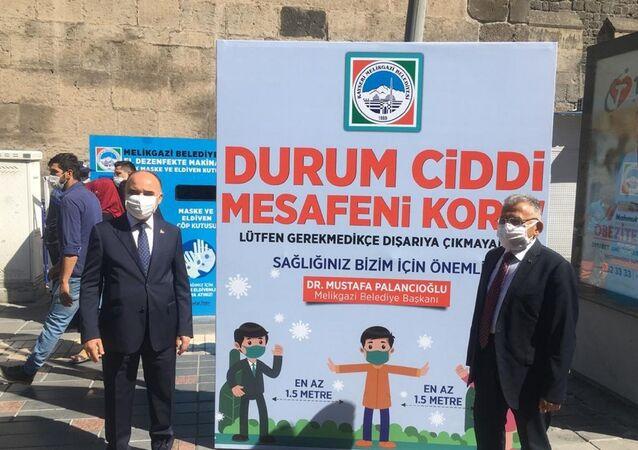 """- Kayseri Valisi Şehmus Günaydın, korona virüs tedbirleri kapsamında katıldığı denetimde yaptığı açıklamasında, vatandaşların haklarını korumak için cezai işlem uygulandığını söyleyerek, """"Bu zamana kadar 7 bin kişiye cezai işlem uygulandı"""" dedi. Korona virüs tedbirleri çerçevesinde Cumhuriyet Meydanı'nda başlayan denetimlerde Vali Günaydın'a Büyükşehir Belediye Başkanı Memduh Büyükkılıç eşlik etti."""