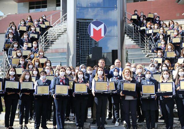 Metro İstanbul AŞ'de 88 kadın makinist brövelerini aldı