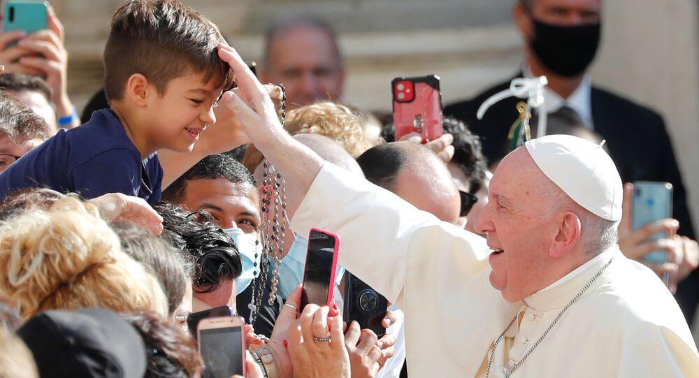 Koronavirüs pandemisine rağmen, Papa Francis'in, Vatikan'daki haftalık hitabında toplulukla maskesiz kaynaşması soru işaretleri yaratıyor.