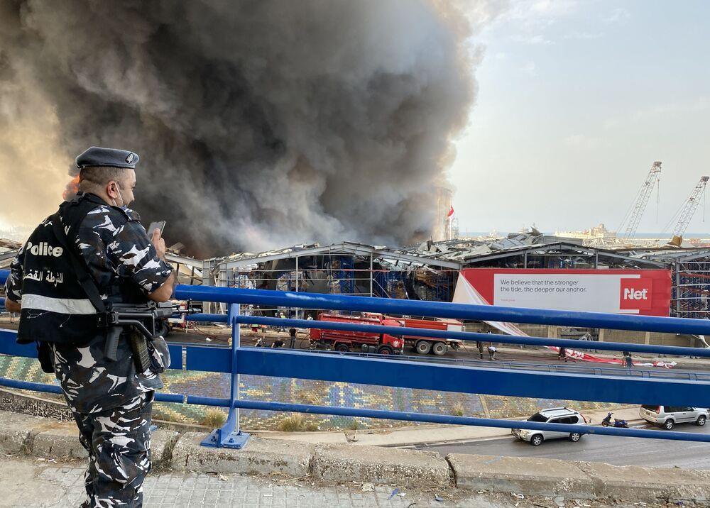 Beyrut Limanı'nın gümrüksüz mallar bölümündeki petrol ve lastik deposunda çıkan yangının nedeninin, 4 Ağustos'ta tonlarca amonyum nitratın infilak ettiği patlamadaki gibi ihmal olabileceği konuşuluyor.
