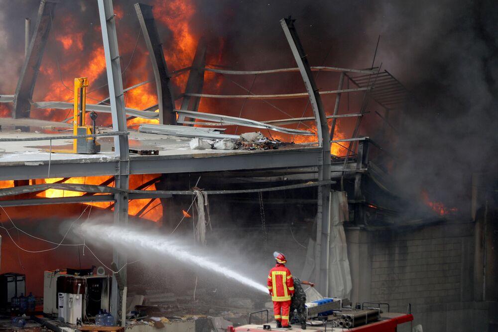 İtfaiye ekiplerinin Beyrut Limanı'ndaki  petrol ve lastik deposunda yaşanan yangını söndürme çalışmaları