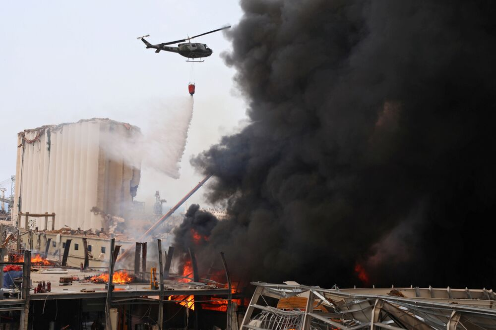 Beyrut Limanı'ndaki yangın söndürme çalışmalarına katılan askeri helikopter