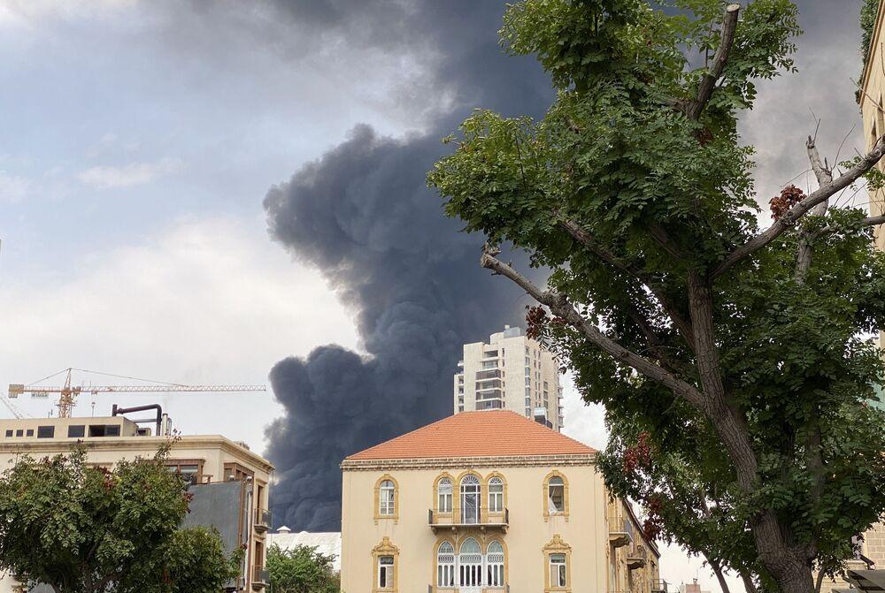 Lübnan'ın başkenti Beyrut'ta yaklaşık 190 can alıp 6 bin kişiyi yaralayan ve çevreyi harabeye çeviren limandaki patlamadan 5 hafta sonra aynı bölgede yangın çıkması, şehir sakinlerinde panik yarattı.