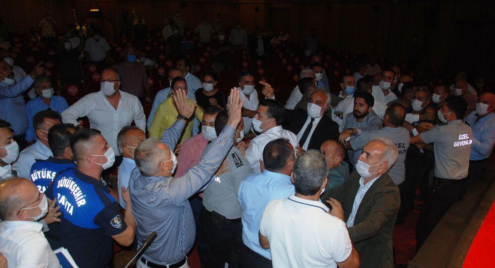 Adana Büyükşehir Belediyesi Meclisi'nde yumruklu kavga