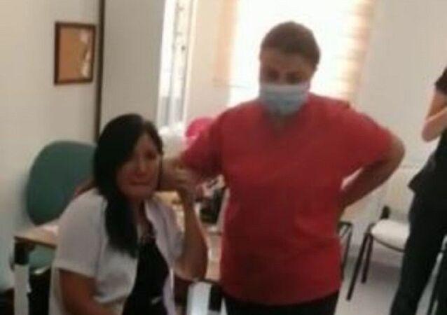 Hemşireleri dövdü, hasta yakınını bıçakladı