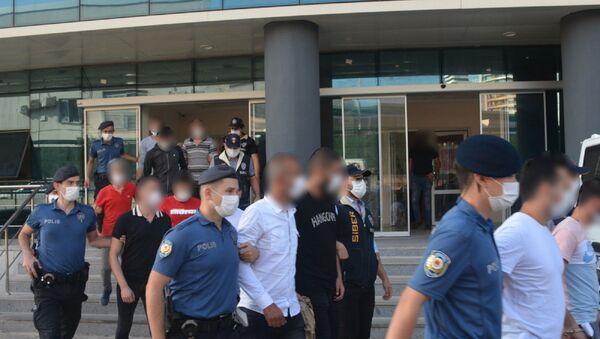 Bursa merkezli 3 ilde sahte sertifika ve sahte vergi levhası kullanılarak jigolo sitesi yöneten ve burada vatandaşları 1 milyon 500 bin dolandıran ve bu paralarla lüks bir hayat yaşayan 15 kişi yakalanarak gözaltına alındı. İşlemlerin ardından adliyeye çıkartılan 15 kişiden 5'i tutuklandı. Diğer 9 kişi adli kontrol şartıyla serbest bırakılırken 1 kişi ise savcılık kararıyla serbest bırakıldı. - Sputnik Türkiye