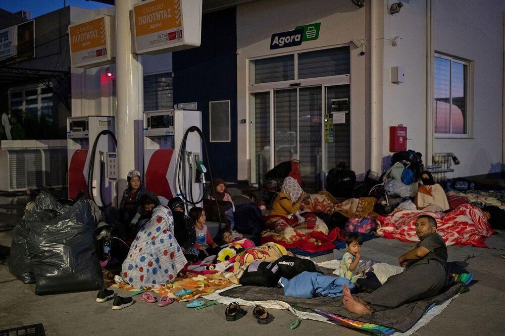 Ancak söz konusu plan, yeni gelen geçici çadırların da öncekileri gibi kalıcı kampa dönüşeceğinden korkan yerel yetkili ve ada sakinlerinin direnişi ve reddiyle karşılaştı.