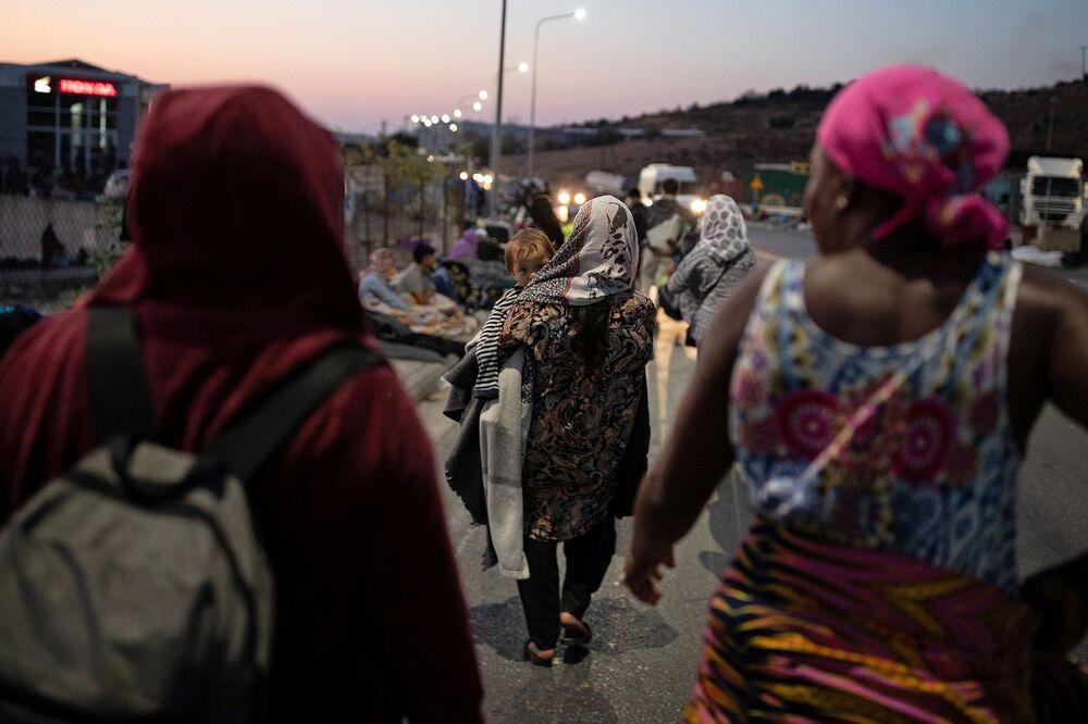 Bakan Mitarachi, Yerel yetkililerin buna karşı teklif ettiği şey ise, sığınmacıların tekneye binip Atina'daki Pire limanına gitmesi. Teknik olarak bu uygulanabilir bir plan değil, koronavirüsten dolayı daha fazla güvenlik sorunu yaratacak diye ekledi.