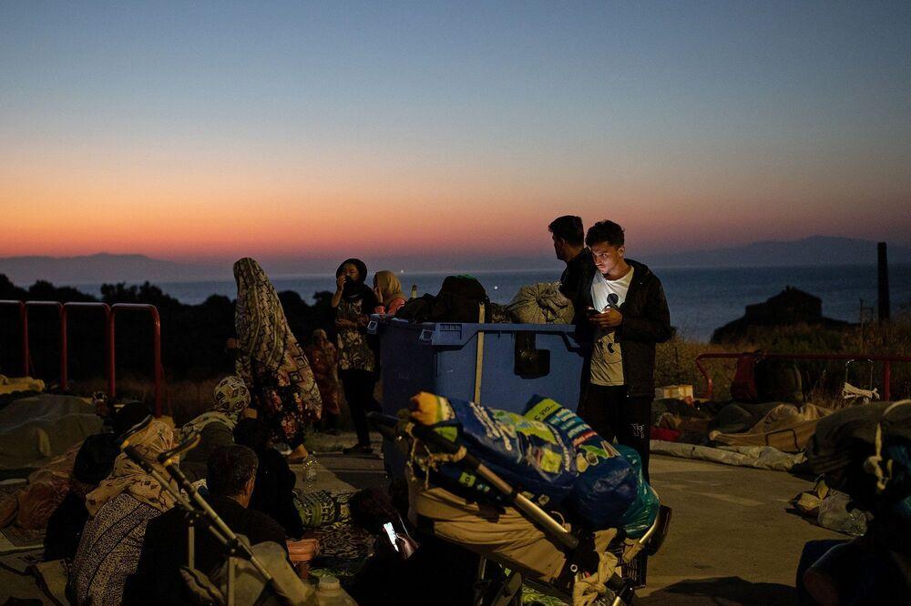 Tüm bu tartışmalar sürerken kamptaki yangından kaçan binlerce sığınmacı iki geceyi de dışarıda geçirmek zorunda kalırken, Yunan televizyonun yayınladığı görüntülere göre bazıları mezarlıkta kamp kurmaya başladı.