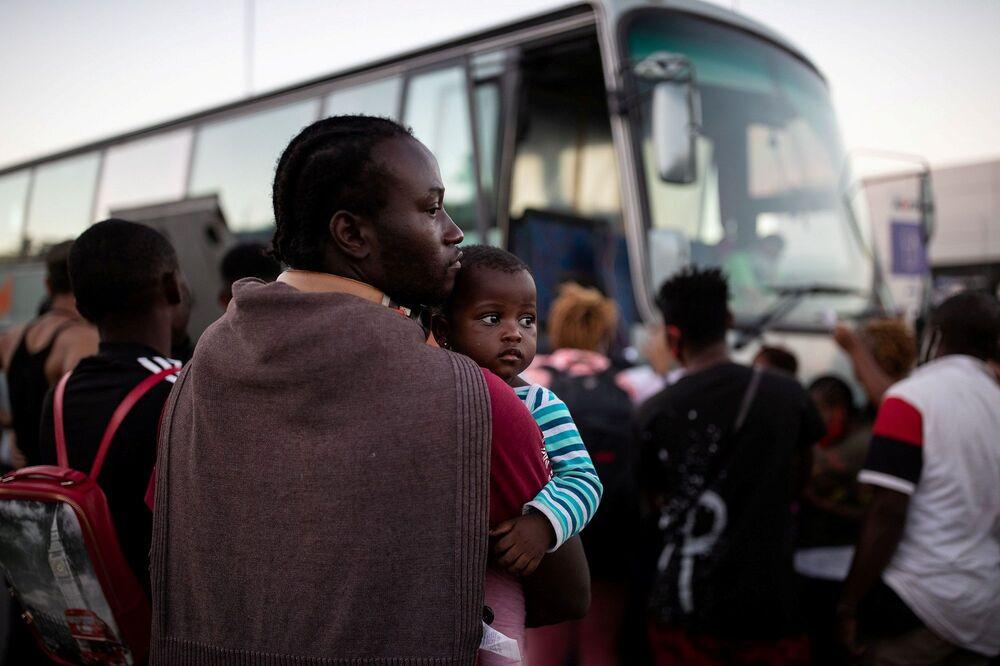 Yangının ardından Yunan hükümeti, sokakta kalan sığınmacıların barınması için yeni çadırlar gönderdiğini, yardım için de Mitilini limanına bir yolcu feribotunun yanaştığını açıkladı.