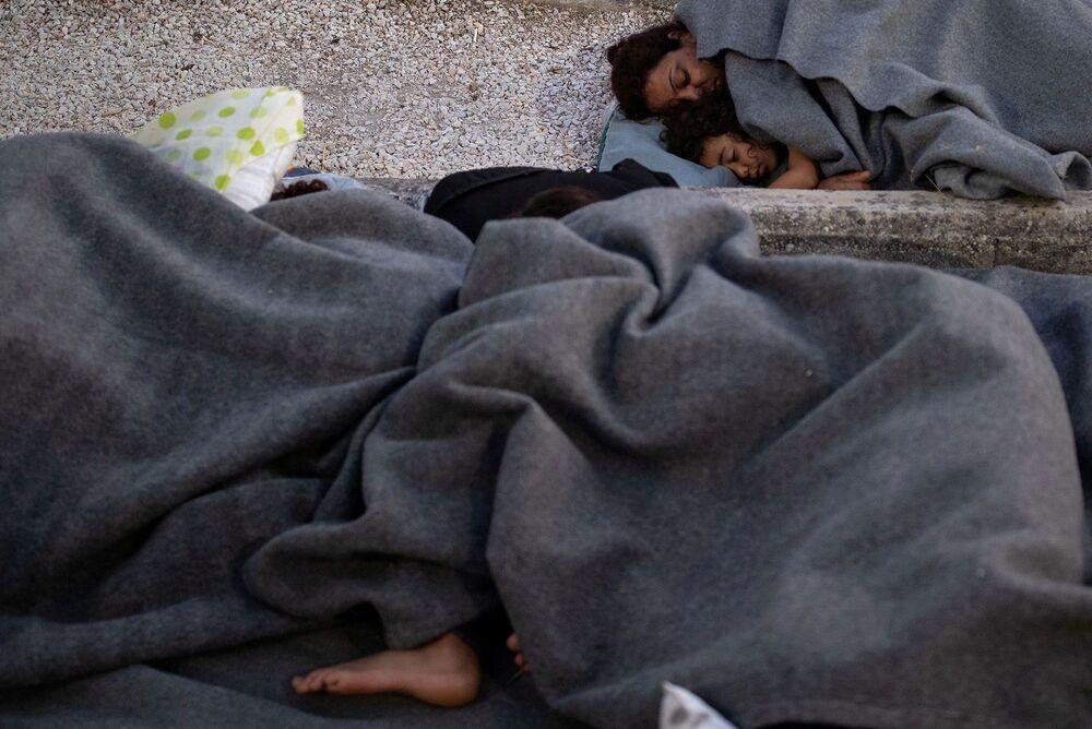 Avrupa'daki 2015-2016'daki sığınmacı krizinin ardından, özellikle kamptaki nüfusun artmasıyla birlikte sığınmacılara karşı daha düşmanca ve sert olurken, adadaki yetkililer de hükümetin Moria'yı açık hava kampına dönüştürme planına karşı çıkıyordu.
