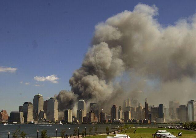 11 Eylül saldırılarını planladıkları iddiasıyla uzun zamandır Guantanomo'daki cezaevinde tutulan ve ABD'de yargılanan Halid Şeyh Muhammed ve Remzi bin el-Şibh verdikleri ifadede, son uçağın hedefinin ABD Kongre binası olduğunu söyledi. Fotoğrafta:  Dumanlar içinde kalan New York'taki Dünya Ticaret Merkezi