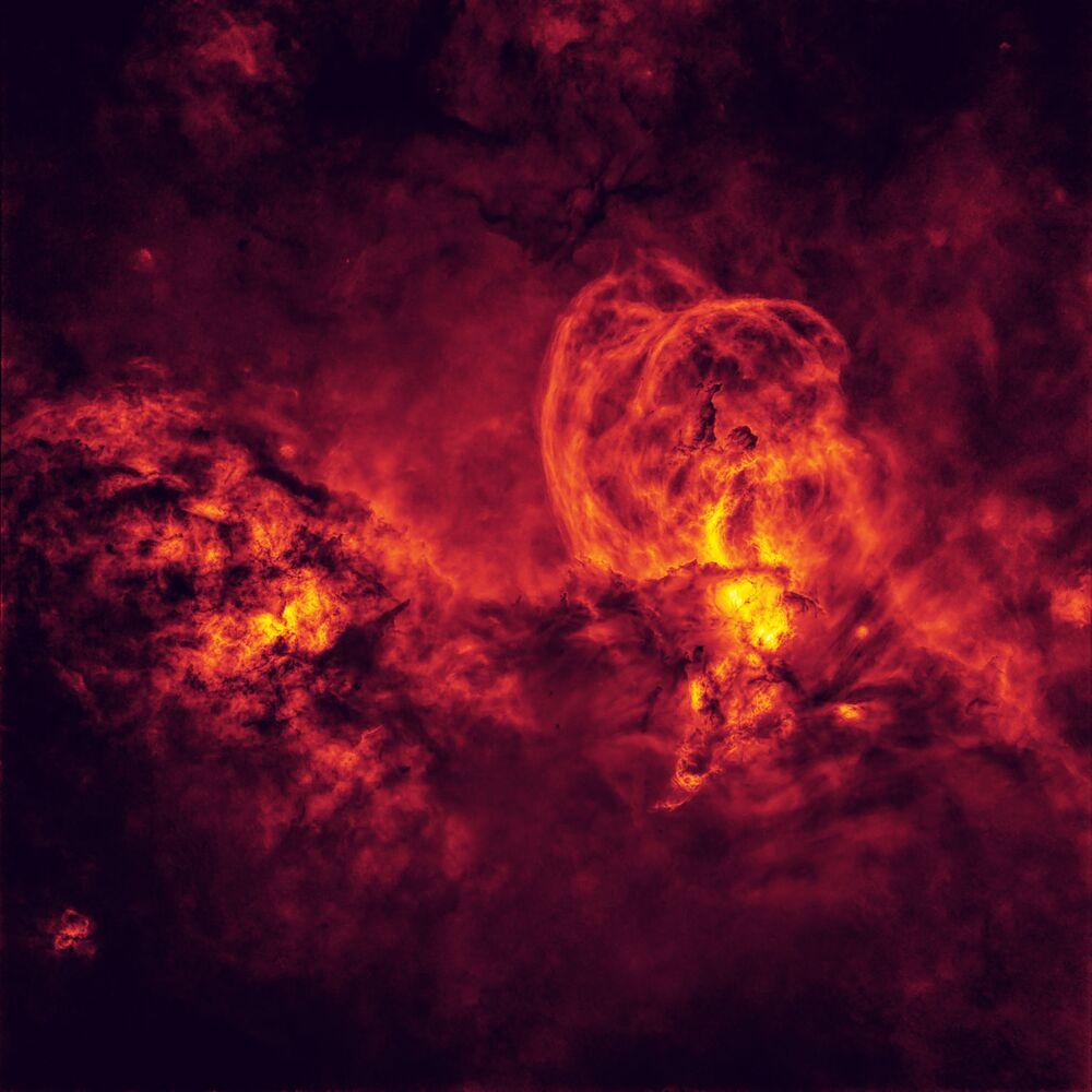 2020'nin En İyi Astronomi Fotoğrafçısı Yarışması'nın Yıldızlar ve Nebulalar kategorisinin kazananı Avustralyalı fotoğrafçı Peter Ward'ın Cosmic Inferno çalışması