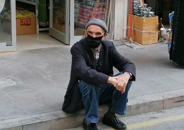 Nevşehir'de, Koronavirüs testi pozitif çıkan ve karantina kurallarını ihlal edenAdem Bıkmazer(64), polis tarafından yakalandı.