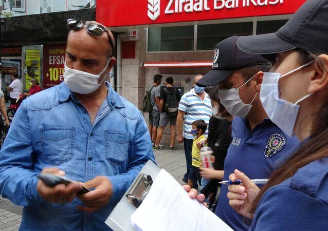 Pendikİlçe Emniyet Müdürlüğü ekipleri tarafından İçişleri Bakanlığının 81 il valiliğine gönderdiği genelge kapsamında maske denetimi yapıldı.