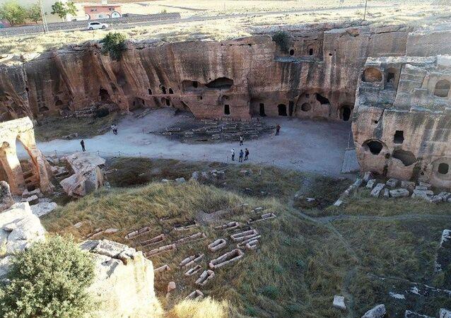 6. yüzyılda Bizans İmparatorluğu'nun Doğu'daki son kalesi olarak kabul edilen Dara ve çevresi, o dönem savaşların en yoğun olduğu bölge olduğundan 18 metre uzunluğunda ve 3 metre genişliğinde surlarla çevrilerek bir savunma sistemi oluşturuldu.